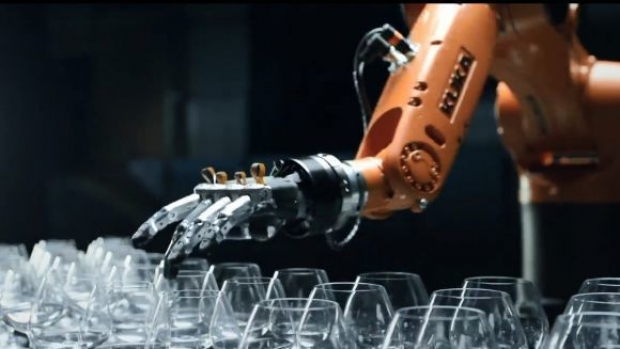 การประลองเล่นดนตรีจากแก้วประชันกันระหว่าง Timo Boll นักปิงปองดาวรุ่งจากเมืองเบียร์ และ หุ่นยนต์แขนกล Kuka kr agilus ที่จะทำให้พวกเราอึ้งกันไปเลย