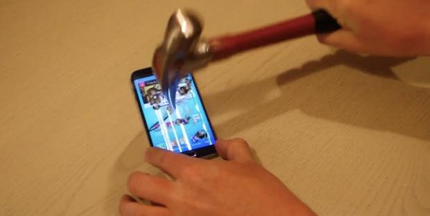 Samsung Galaxy S6 Edge ทนไม้ทนมือแค่ไหนเอามีดกรีด ค้อนทุบให้ดู! (มีคลิป)